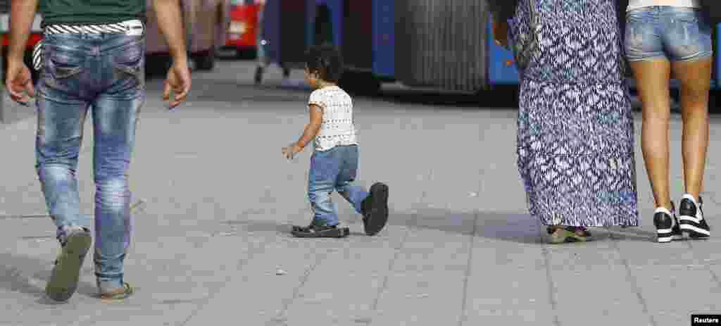 کودکی پناهجو در نزدیکی ایستگاه قطار در مجارستان