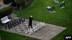 Ирандык журналист Лозаннадагы мейманкананын короосундагы шахмат аянтчасында, 30-март, 2015-жыл