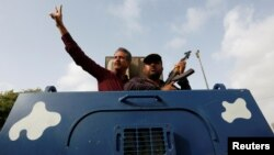 Waseem Akhtar, përshendet përkrahësit para de të dërgohet në burg