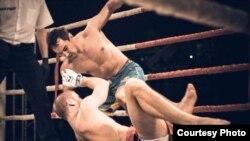 Кадыл Сапаров (сверху) на ринге.