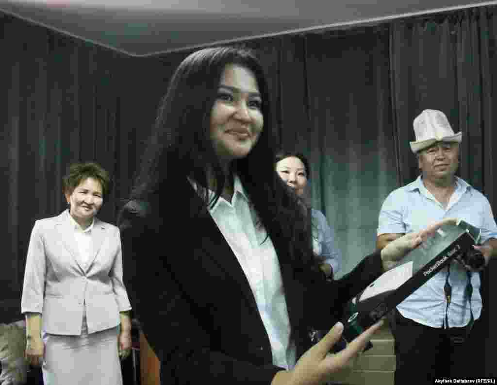 Нурмамат ажы Сапарбаев не смог приехать на награждение. Но вместо него приз получила его дочь.