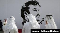 شهروندان قطری در برابر یک دیوارنگاری از امیر قطر در دوحه
