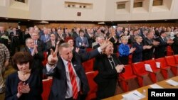 Қырым мемлекеттік кеңесінің депутаттары республиканың жаңа конституциясын қабылдау сессиясында тұр. Симферополь, 11 сәуір 2014 жыл.