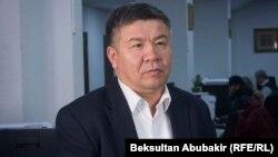 """Алмамбет Шыкмаматов, Қырғызстан парламентіндегі """"Ата Мекен"""" фракциясының жетекшісі."""