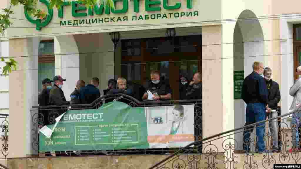 На Киевской улице открылась частная медицинская лаборатория. На входе образовалась очередь. Многие не придерживаются расстояния в полтора метра