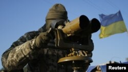 Український військовий спостерігає за позиціями противника, архівне фото