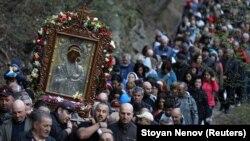 Великденското шествие с иконата на Дева Мария към Бачковския манастир е един от традиционните ритуали, които събират много хора