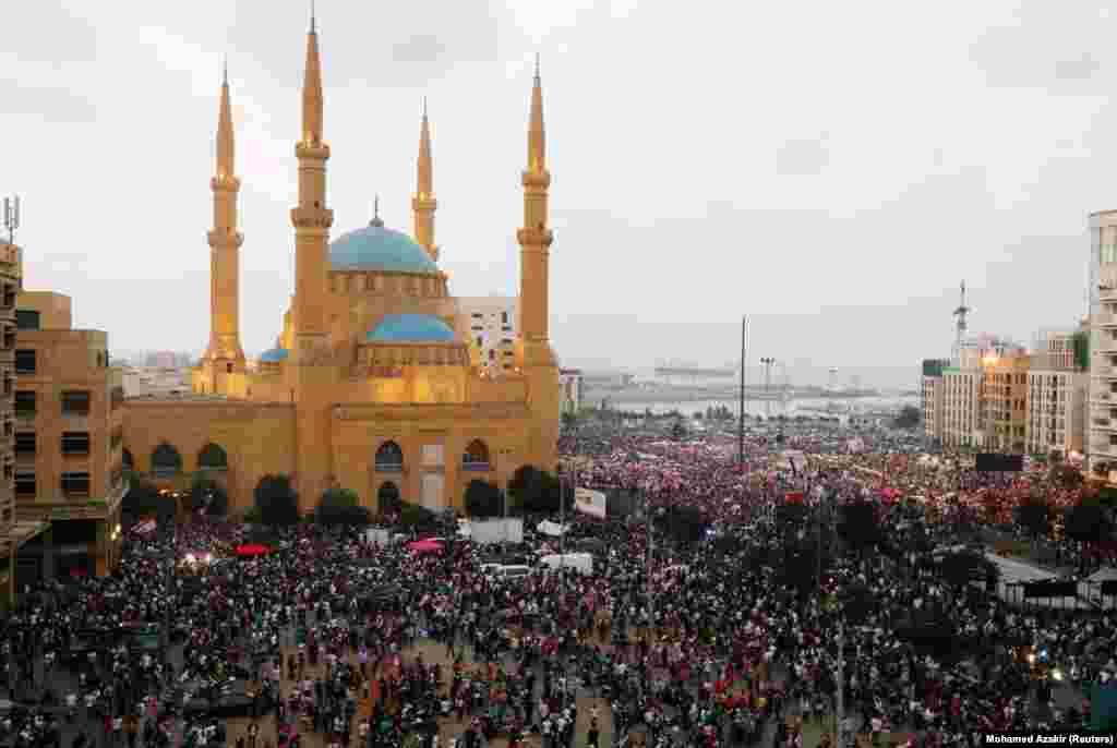 У неділю 20 жовтня біля будівлі уряду в Бейруті почали збиратися люди з державними прапорами. Протестувальники вимагали перегляду політичної системи Лівану.