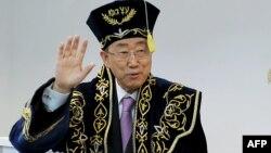 БҰҰ бас хатшысы Пан Ги Мун Қазақстанға келгенде жапқан шапанын киіп тұр. Астана, 10 маусым 2015 жыл.