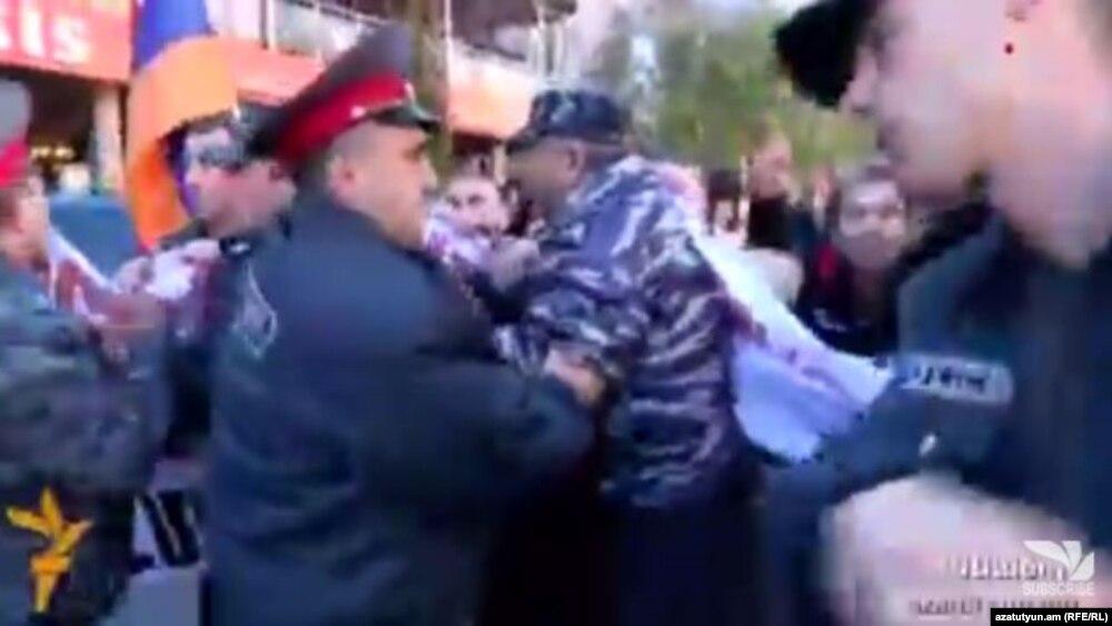 «Նոր Հայաստան»-ի Վանաձորում անցկացրած երթն ուղեկցվեց ոստիկանների հետ բախումներով, 4-ը նոյեմբերի, 2015թ․