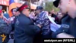 Полицейские препятствуют шествию оповещения «Новой Армении» в Ванадзоре, 4 ноября 2015 г․