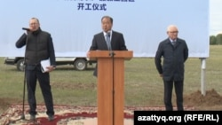 Президент китайской компании «Айцзю» Хэи Дзя (в центре) на церемонии начала строительства маслозавода. Северо-Казахстанская область, 2 июня 2016 года.