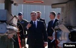 Президент Польши Бронислав Коморовский под крылом истребителя F-16 в ходе визита на базу ВВС