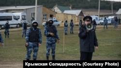 Российские силовики проводят обыски в домах крымскотатарских активистов в Крыму, 27 марта 2019 года