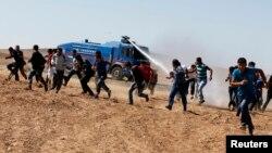 Турецкая полиция разгоняет участников демонстрации солидарности с курдами в Кобани, 7 октября 2014 года