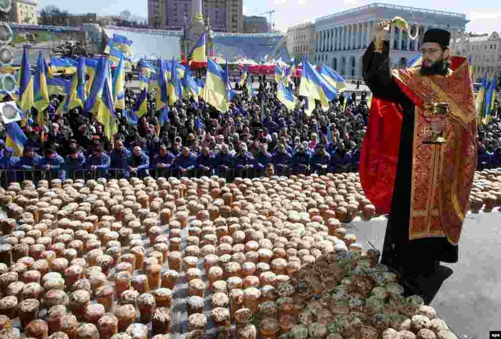 Освящение пасхальных пирогов на Майдане Незалежности. 8 апреля 2007