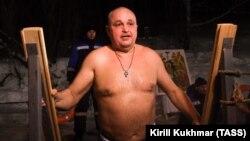 Сергей Цивилев в крещенской купели, архивное фото