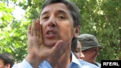 """Председатель партии """"Азат"""" Болат Абилов выступает на демонстрации протеста. Алматы, 24 июня 2009 года."""