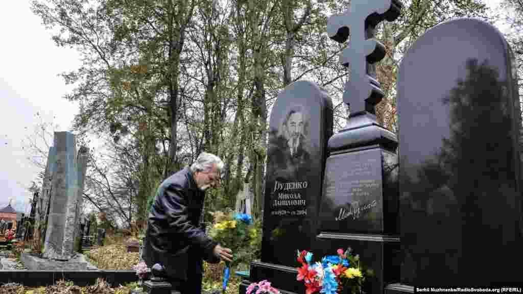 Левко Лук'яненко на могилі Миколи Руденка, одного із засновників Української Гельсінської групи