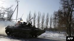 Донецк әуежайы маңында жүрген украин танкі мен әскерилері. Донецк, 3 желтоқсан 2014 жыл.
