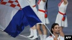 Rukometaš Ivano Balić nosi hrvatsku zastavu na otvaranju Olimpijskih igara u Pekingu.