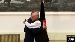 محمد اشرف غنی و عبدالله عبدالله پس امضای موافقتنامهی حکومت وحدت ملی ۲۰۱۴