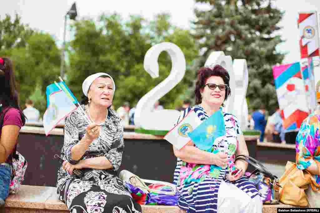 Жители Алматы, ожидающие решение МОК о том, будет Алматы проводить зимнюю Олимпиаду 2022 года или нет.