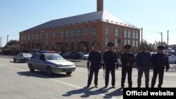 Полиция на фоне мечети в станице Шелковской, Чечня