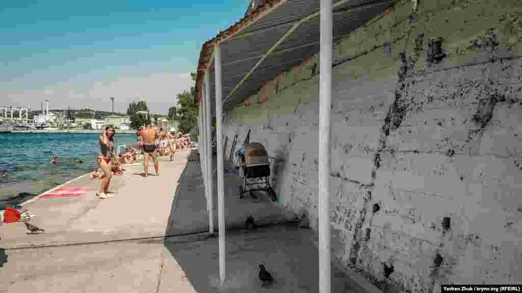 Под навесами у подпорной стены можно спрятаться от солнца