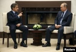 Ніколя Саркозі (ліворуч) під час зустрічі із Володимиром Путіним. Жовтень 2015 року