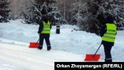 Работники коммунальных служб очищают улицы Астаны от снега. Иллюстративное фото.