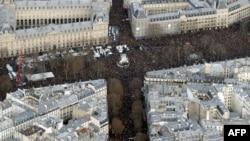 Вид сверху на шествие в Париже