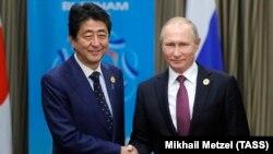 Жапония премьер-министрі Синдзо Абэ (сол жақта) және Ресей президенті Владимир Путин. Вьетнам, 10 қараша 2017 жыл. (Көрнекі сурет.)