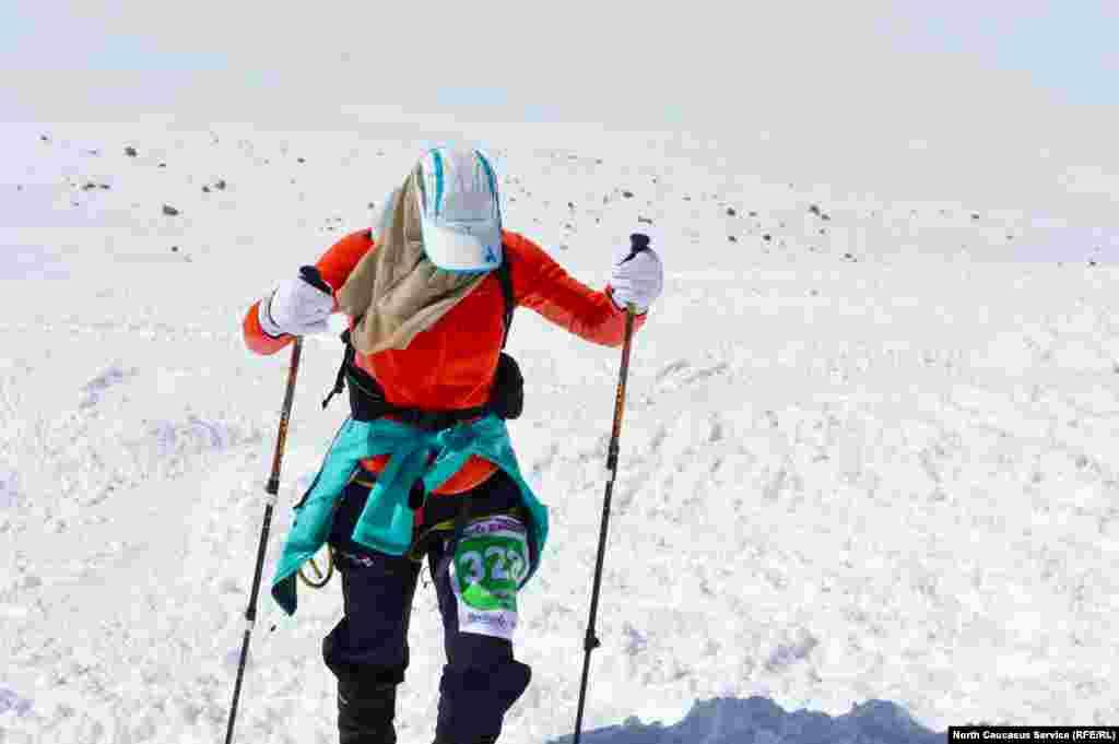 Ветер и снег слепят глаза. А на вершине по прогнозу минус 26 градусов.