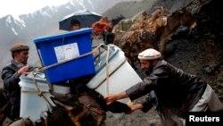 Өлкөнүн транспорт барбаган айрым райондоруна бюллетендерди жеткиришүүдө, Шутул, Панжшир провинциясы, 4-апрель, 2014