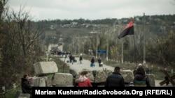 Перехід між КПВВ у Станиці Луганській. На тлі позиції бойовиків