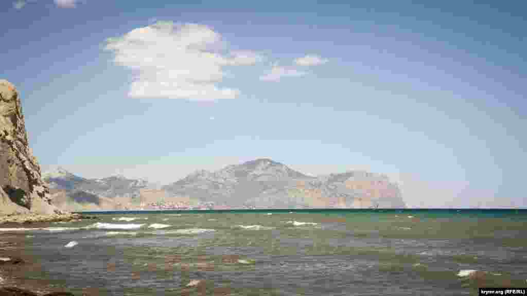 Вид на Карадаг с восточного края пляжа