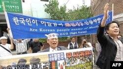 خانواده ۲۱ گروگان کره جنوبی روز جمعه، سوم اوت، به يک مسجد در سئول رفتند تا از مسلمانان اين کشور برای آزادی عزيزان خود درخواست کمک کنند.