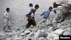 Պակիստան - Երկրաշարժից փրկվածները քայլում են փլատակների միջով, Ավարան, Բալուջիստան նահանգ, 25-ը սեպտեմբերի, 2013թ․
