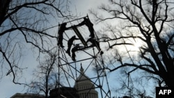 Жұмысшылар АҚШ президенті Барак Обаманың инаугурация рәсіміне арналған қалқаны құрастырып жатыр. Вашингтон, 14 қаңтар 2009 ж.