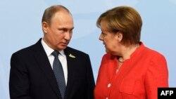 Президент России Владимир Путин (слева) и канцлер Германии Ангела Меркель. Гамбург, 7 июля 2017 года.