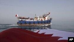 لنجی در خلیج فارس که ۱۲۰ تن از فعالان حکومتی ایرانی را به سوی بحرین میبرد. عکس از خبرگزاری مهر: ۱۷ مه ۲۰۱۱.