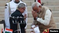 مودی در حال ادای احترام به پراناب موکهرجی، رئیسجمهوری هند