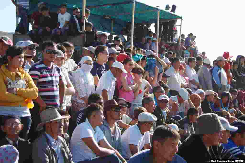 Публика, наблюдающая за скачками аламан-байга.