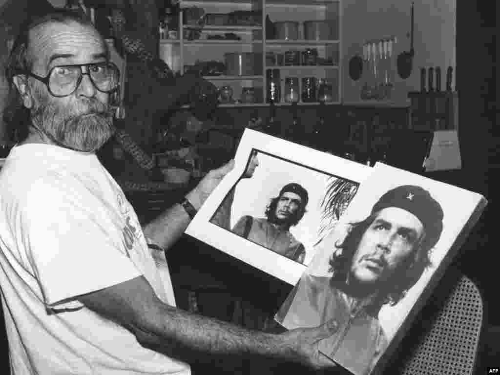 A photo taken 23 January 1989 shows Cuban photographer Alberto Diaz Gutierrez also known as Korda with his famous portrait of Che Guevara in La Havane, Cuba. Alberto Diaz Gutierrez has died in Paris 25 May 2001 of a heart attack, age 72