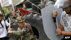 ژنرال سواسدیپل (در لباس نظامی) در کشاکش میان معترضان و حامیان دولت/ ۲۱ اردیبهشت ۸۸