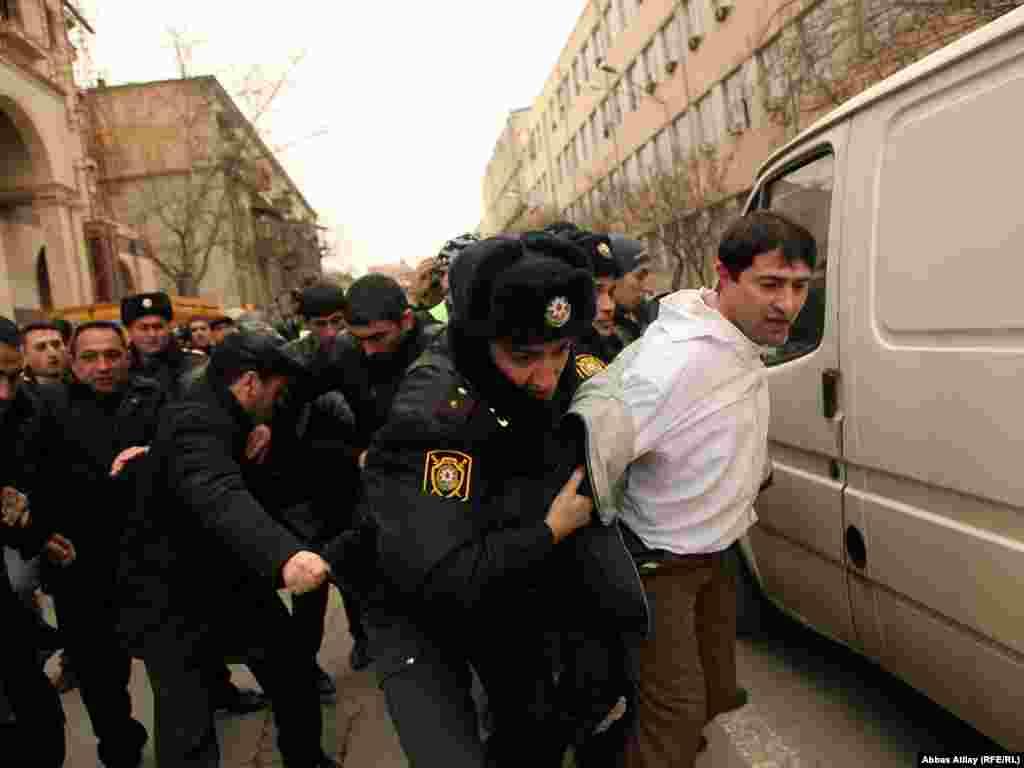 Активіст опозиційної партії Народний фронт в інтерв'ю агентству Reuters розповів про мотиви скликання сьогоднішньої акції: «Багато молодих людей не можуть знайти себе. Вони закінчують університети і не можуть знайти роботу. Ось чому молодь Азербайджану бореться за демократію і свободу. Вона хоче зробити щось схоже до нещодавніх революцій на Близькому Сході».