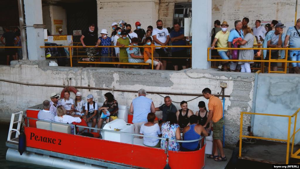 Несмотря на жару, люди выстраиваются в огромную очередь, чтобы попасть на экскурсию. Некоторым приходится возвращаться, так как вход без масок запрещен