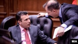 Kryeministri i Maqedonisë, Zoran Zaev duke biseduar me ministrin e Brendshëm Oliver Spasovski. Foto nga arkivi