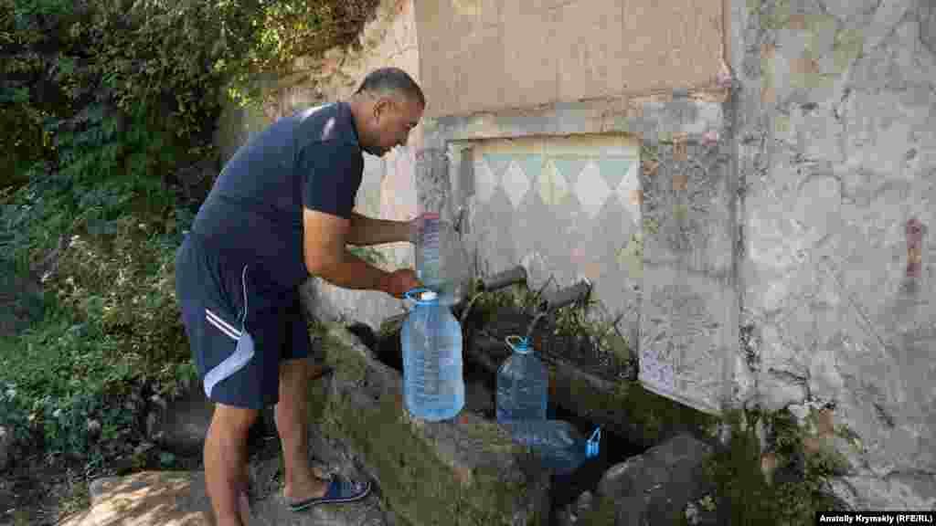 Вдоль левого берега реки Чурук-Су, что протекает через Изюмовку, бьет несколько источников. Местные жители утверждают, что вода в них довольно чистая, богатая ионами серебра